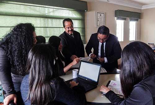 Un consultor de negocios que le brinda su experta opinion para que tome las mejores decisiones